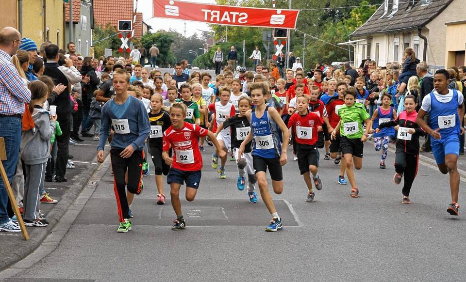 Beliebter Sport-Nachmittag: Beim Wiesentheider Kirchweihlauf gingen wieder rund 400 Läufer an den Start und drehten ihre Runde auf den Straßen der Marktgemeinde. Besonders die Jüngsten legten sich mächtig ins Zeug. Foto: ANDREAS STÖCKINGER